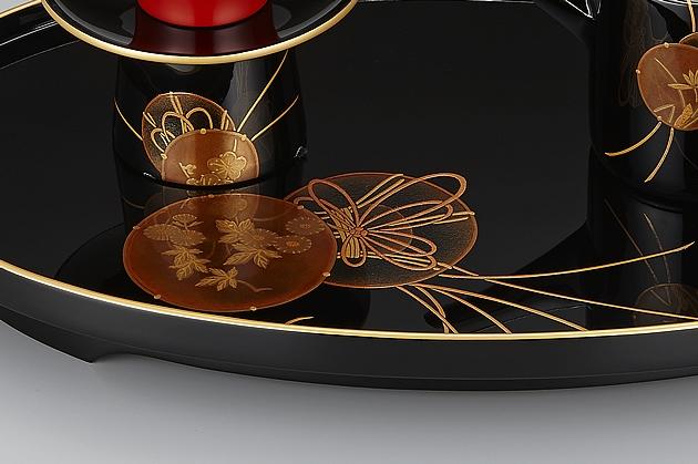 屠蘇台の蒔絵部分。描かれた鼓のひもに躍動感があります。// 輪島塗 屠蘇器 小判形 鼓蒔絵 屠蘇台部分