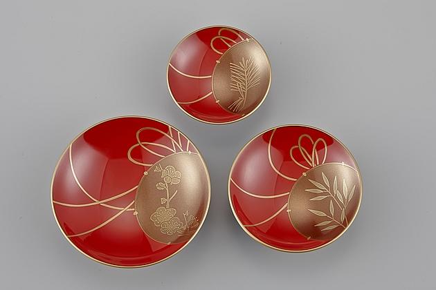 盃ごとに鼓の中に「松竹梅」の蒔絵が描かれています。// 輪島塗 屠蘇器 小判形 鼓蒔絵 杯
