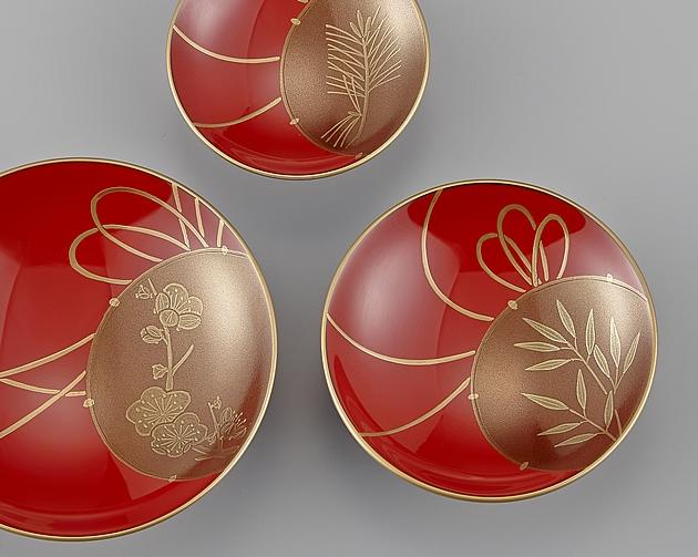 新年にふさわしく、清々しいい蒔絵です。一番大きな杯は梅、一番小さな杯には松が、真ん中の大きさの杯には竹が描かれています。// 輪島塗 屠蘇器 小判形 鼓蒔絵 杯