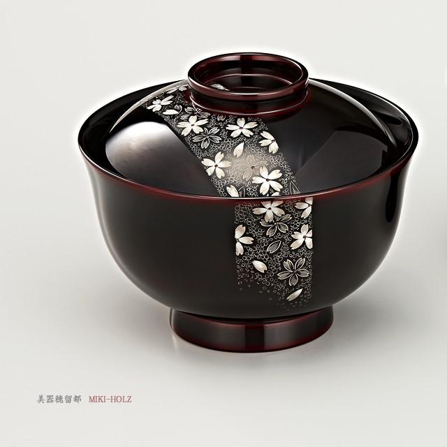 "<p class=""eig"">Urushi Art Wajimanuri:covered soup bowl,suimono-wan pair (code:1132)</p><p class=""nih"">輪島塗 吸物椀  夫婦  端反り 帯春秋沈金 溜内黒塗 桐箱入り</p><p class=""nih2"">帯桜沈金のお椀<br>covered soup bowl of sakura-chinkin decoration</p>"