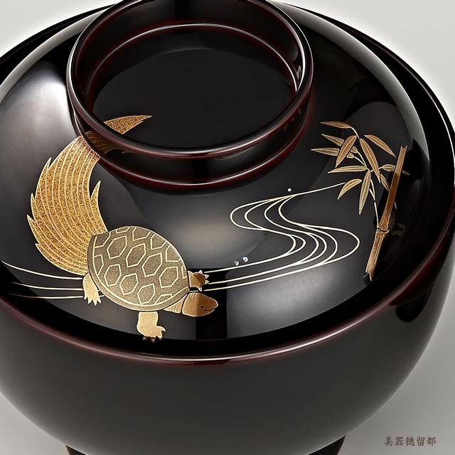 「輪島塗 雑煮椀 夫婦 溜塗 鶴亀松竹梅蒔絵」 亀と竹の蒔絵の椀(部分)