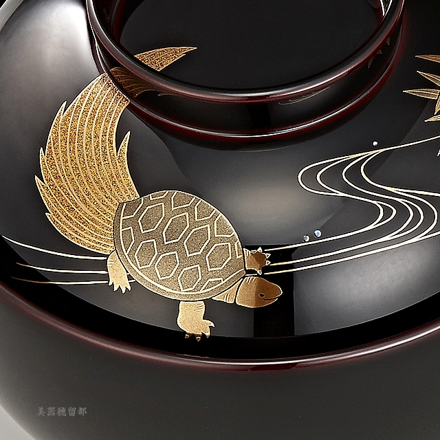 "<p class=""eig"">Urushi Art Wajimanuri:Soup bowl zouni-wan, pair bowl (code:1196)</p><p class=""ga1"">輪島塗 雑煮椀 夫婦 溜塗 鶴亀松竹梅蒔絵(桐箱入り)</p><p class=""ga1"">亀と竹の蒔絵の椀(部分)</p><p>亀の梨子地が綺麗です。</p>"
