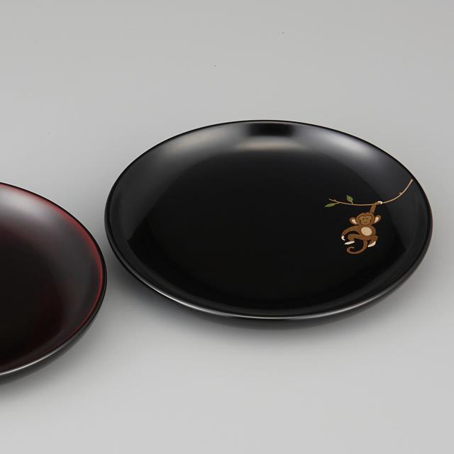 『輪島塗 銘々皿 干支 申蒔絵 黒 〔5寸丸〕 1枚 紙箱入』<br>左に見えているのは溜塗の銘々皿です。黒と溜塗の色の違いもご覧ください。