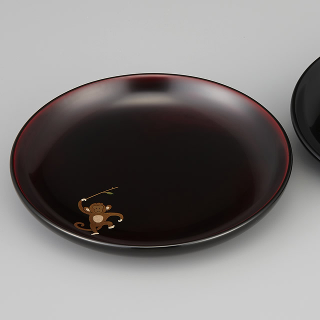 『輪島塗 銘々皿 干支 申蒔絵 溜塗り 〔5寸丸〕  1枚 紙箱入』<br>右に見えているのは黒の銘々皿です。黒と溜塗の色の違いもご覧ください。