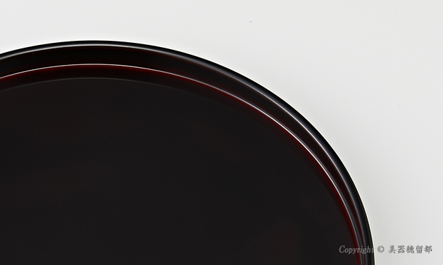 """<p class=""""i95"""">溜塗は写真では黒く写ってしまいますが、濃いえんじ色をイメージしてください。// 輪島塗 丸盆 8.5寸 干支・うぐいす蒔絵 外黒内溜 </p>"""