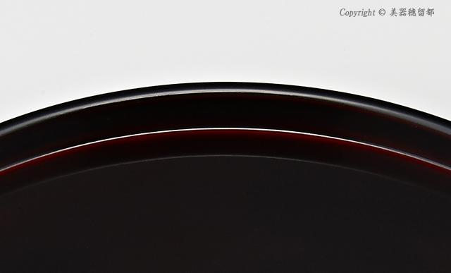 """<p class=""""i95"""">お盆の内側平面は、縁に見えているえんじ色が濃くなった色です。<br>// 輪島塗 丸盆 8.5寸 干支・うぐいす蒔絵 外黒内溜</p>"""