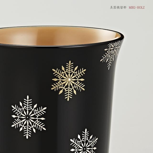 """<p class=""""eig"""">Urushi Art Wajimanuri:mug (code:1965kuro)</p><p class=""""nih"""">輪島塗 マグカップ 端反り型  スノークリスタル蒔絵 (外黒内白)</p><p class=""""nih2"""">金粉と銀粉でスノークリスタルを描き分けています。</p>"""