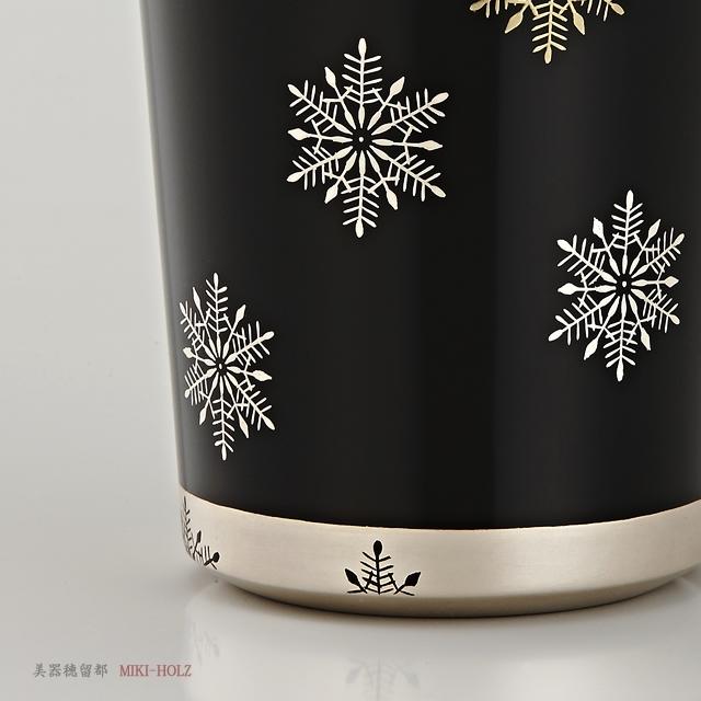"""<p class=""""eig"""">Urushi Art Wajimanuri:mug (code:1965kuro)</p><p class=""""nih"""">輪島塗 マグカップ 端反り型  スノークリスタル蒔絵 (外黒内白)</p><p class=""""nih2"""">底の部分も本銀です。形状に柔らかさがあります。</p>"""