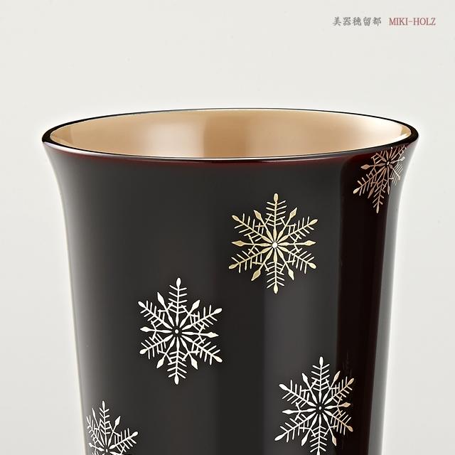 "<p class=""eig"">Urushi Art Wajimanuri:mug color:tame (code:1965tame)</p><p class=""nih"">輪島塗 マグカップ 端反り型  スノークリスタル蒔絵 (外溜内白)</p><p class=""nih2"">カップの口縁に溜塗り特有の色合いが出ています。</p>"