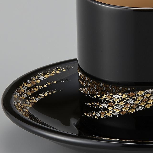 細やかな小華沈金がモダンできれいです。// 輪島塗 コーヒーカップ 小華沈金 外黒内白 (漆塗りスプーン付き)部分画像