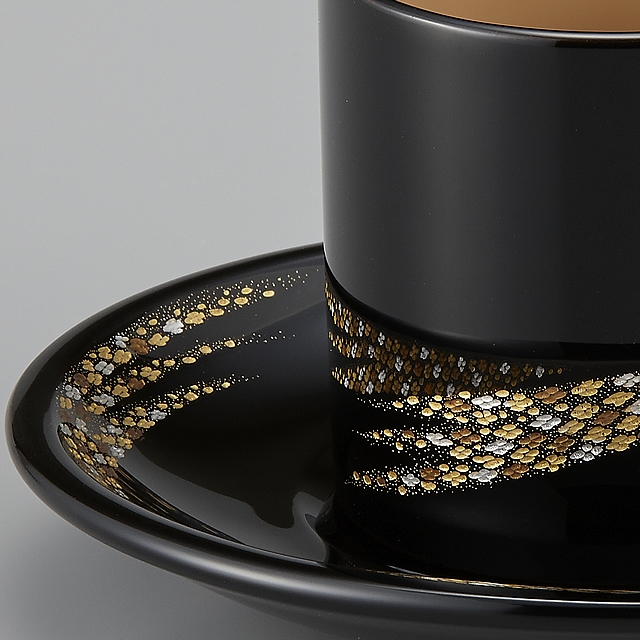 "<p class=""eig"">Urushi Art Wajimanuri:coffee cup (code:1981b)</p><p class=""nih"">輪島塗 コーヒーカップ 小華沈金 ペア 外黒内白/うるみ (漆塗りスプーン付き) 桐箱入り</p><p class=""i95"">外黒内白のカップ 部分画像<br>細やかな小華沈金がモダンできれいです。</p>"