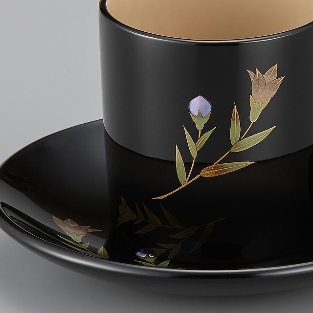 <p>カップに描かれているりんどう蒔絵です。 // 輪島塗 コーヒーカップ りんどう蒔絵 外黒内白 (部分)</p>