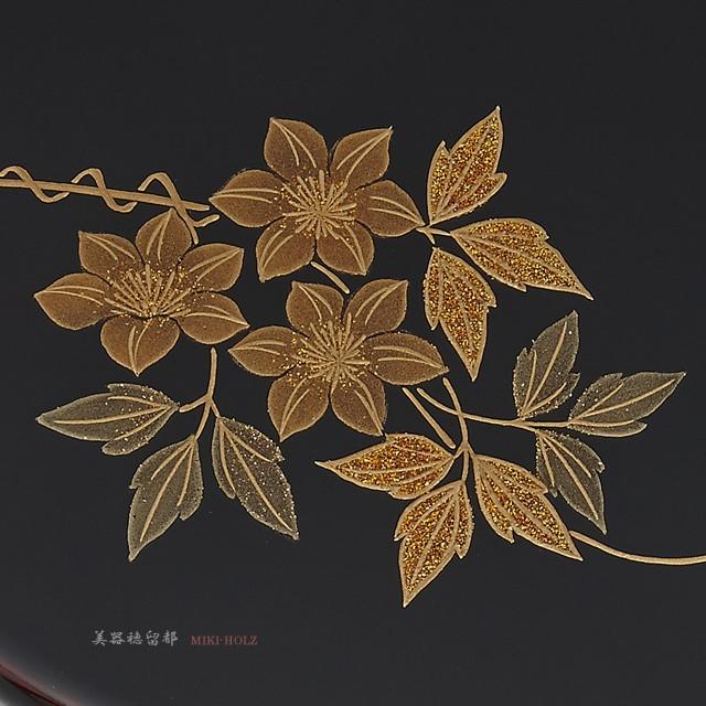 鉄線の葉の部分が梨地(なしじ)になっています。// 輪島塗 手鏡 鉄線蒔絵 丸形 溜塗り