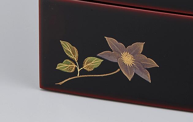 鉄線(クレマチス)の蒔絵。 // 輪島塗 重箱 小重二段 (5寸隅立胴張形) 外溜内朱 四季草花蒔絵