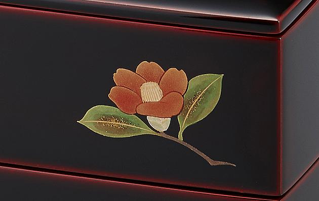 椿の蒔絵。 // 輪島塗 重箱 小重二段 (5寸隅立胴張形) 外溜内朱 四季草花蒔絵