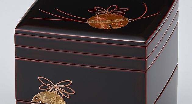 重箱の蓋と御重の間にお皿を重ねている箇所です。 // 輪島塗 重箱 小重二段 (5寸隅立胴張形) 取り皿付 外溜内朱 鈴蒔絵