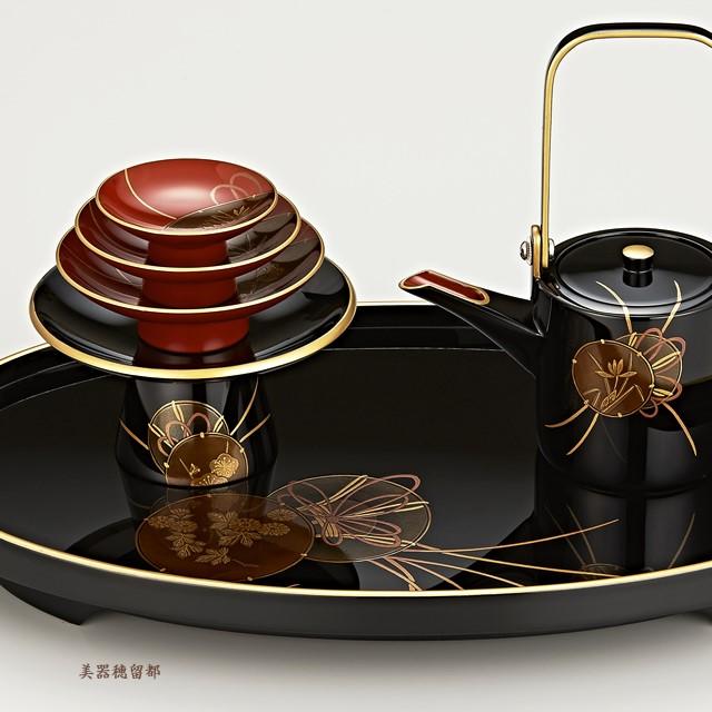 輪島塗 屠蘇器 小判形 鼓蒔絵 (盃・盃台部分):盃台には梅、銚子には蘭、屠蘇台には菊が、それぞれ鼓の中に描かれているのが見えます。