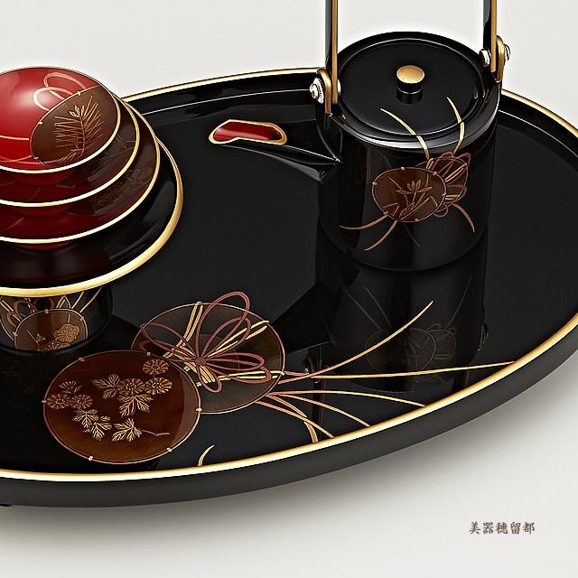 輪島塗 屠蘇器 小判形 鼓蒔絵 (部分):屠蘇台への銚子の映り込みもご覧ください。