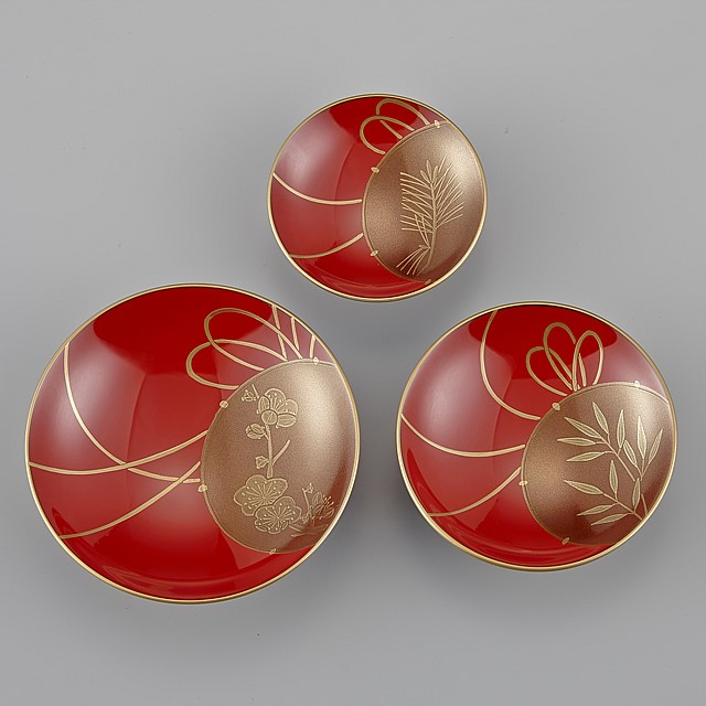 輪島塗 屠蘇器 小判形 鼓蒔絵 盃 三枚:三枚の盃ごとに鼓の中に「松竹梅」の蒔絵が描かれています。三枚ごとに異なる鼓の紐の動きが若々しく新鮮な雰囲気です。