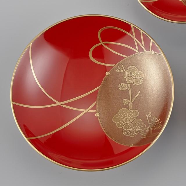 輪島塗 屠蘇器 小判形 鼓蒔絵 盃(一番大きな盃):一番大きな盃には梅が描かれています。