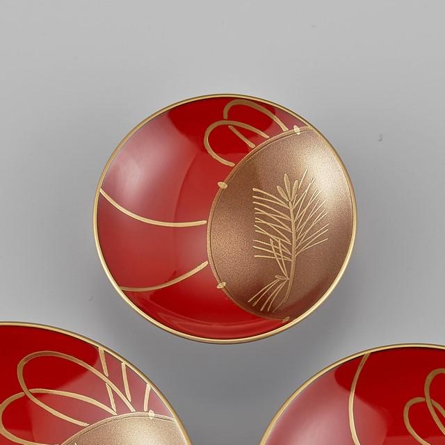 輪島塗 屠蘇器 小判形 鼓蒔絵 盃(一番小さなサイズの盃):一番上に載る小さな盃には松です。お正月には歳の一番若い人からこの小さな盃でお屠蘇を頂きます。