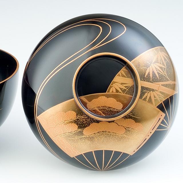 蓋の蒔絵をご覧ください。扇面の中に、松や竹が描かれています。// 輪島塗 吸物椀 扇面に水蒔絵 黒   〔2客揃え・桐箱入り〕