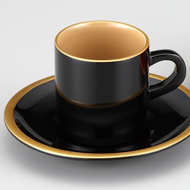 黒に金縁のシンプルさが好まれています。// 輪島塗 コーヒーカップ 金縁蒔絵 外黒内白 漆塗りスプーン付き