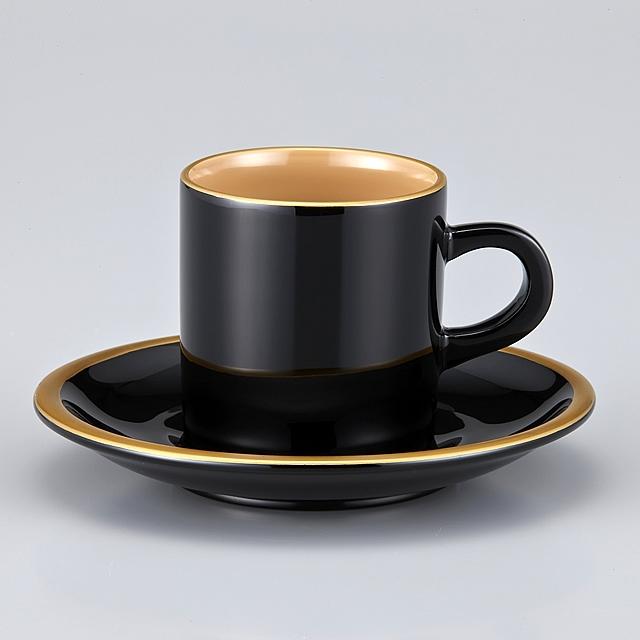 """<p class=""""eig"""">Urushi Art Wajimanuri:coffee cup (code:1906)</p><p class=""""nih"""">輪島塗 コーヒーカップ 金縁蒔絵 ペア 外黒内白/洗朱内白 漆塗りスプーン付き(桐箱入)</p><p class=""""i95"""">外黒内白<br>外側の色が""""黒""""で内側が白いので外黒内白と言っております。<br>白といっても漆では""""真っ白""""を出せませんので、ベージュになります。</p>"""
