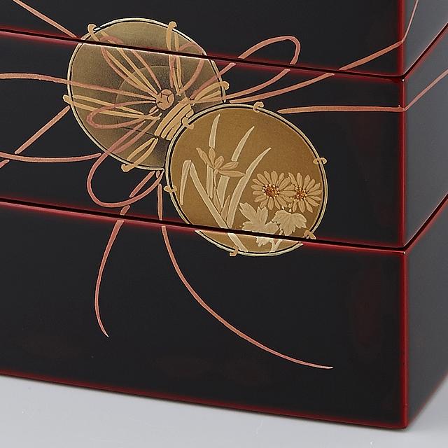 リズミカルな鼓の紐と対照的に、菊と蘭の花が可愛らしいです。 // 輪島塗 重箱 小重三段 (5寸隅立胴張形) 外溜内朱 鼓蒔絵