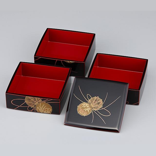重箱の蓋を開け、一段ずつ並べてみました。蓋の鼓蒔絵は重箱側面の鼓蒔絵の絵柄とは異なります。<br>御重の蓋の鼓には、竹と梅が描かれています。重箱の外側が溜塗り(ためぬり)、内側が朱に塗られていますので「外溜内朱」と呼んでいます。 蒔絵が描かれている重箱の外側溜塗りの部分は「呂色仕上げ」、内側は「塗り立て」となります。呂色仕上げは大変艶のある仕上がりです。呂色仕上げと比較すると「塗り立て」の艶はマットな感じになります。// 輪島塗 重箱 小重三段 (5寸隅立胴張形) 外溜内朱 鼓蒔絵
