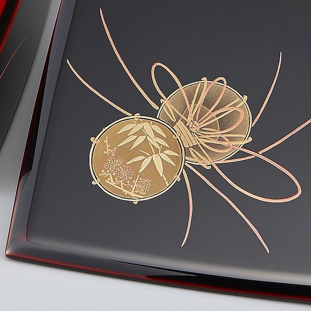 梅と竹の品格ある雰囲気が、鼓の風格とあいまって、重箱の格を際立たせています。// 輪島塗 重箱 小重三段 (5寸隅立胴張形) 外溜内朱 鼓蒔絵
