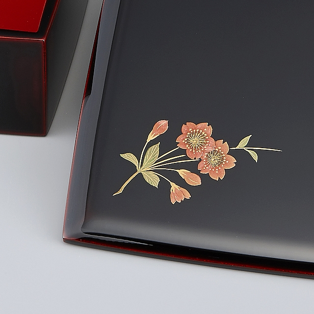 御重の蓋に描かれている桜の蒔絵。・・・蓋も重ねる向きを変えて、桜の位置を変えて使えます。 // 輪島塗 重箱 小重二段 (5寸隅立胴張形) 外溜内朱 四季草花蒔絵
