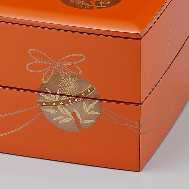 鈴に松と竹が描かれています。// 輪島塗 重箱 小重二段(5寸隅立胴張形)外洗朱内黒(そとあらいしゅうちくろ)