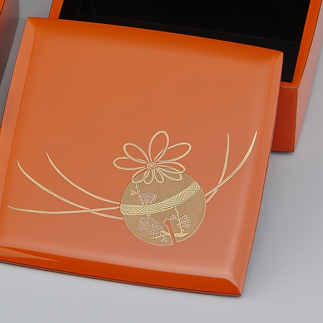 鈴の形の愛らしさ、梅の優しさがあふれた蒔絵です。// 輪島塗 重箱 小重二段(5寸隅立胴張形)外洗朱内黒(そとあらいしゅうちくろ)