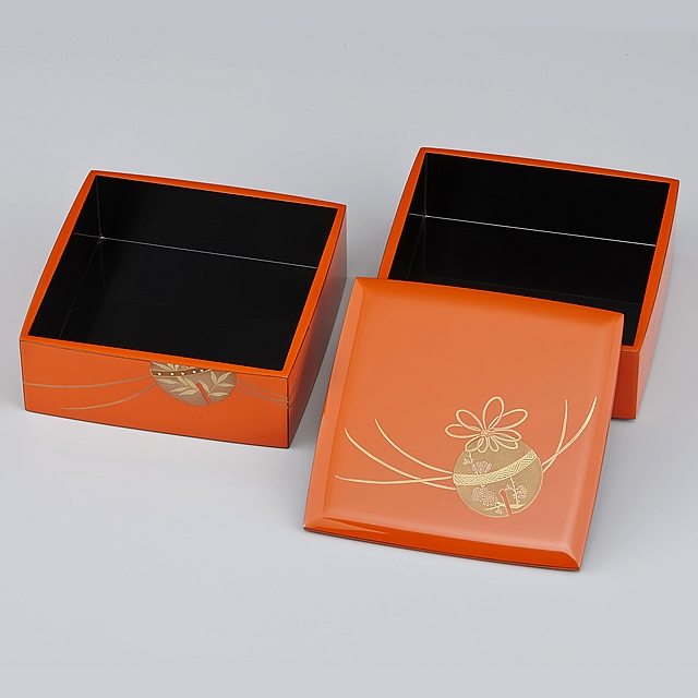 重箱の蓋を開け、一段ずつ並べてみました。<br>御重の蓋には、鈴に紅梅が描かれています。鈴の中のほんのり色づいた紅梅も、鈴の紐の形も可愛いです。 重箱の外側が洗朱(あらいしゅ)、内側が黒に塗られていますので「外洗朱内黒(そとあらいしゅうちくろ)」と呼んでいます。 蒔絵が描かれている重箱の外側の洗朱の部分は「呂色仕上げ(ろいろしあげ)」、内側は「塗り立て()ぬりたて」となります。呂色仕上げは大変艶のある仕上がりです。呂色仕上げと比較すると「塗り立て」の艶はマットな感じになります。<br>// 輪島塗 重箱 小重二段(5寸隅立胴張形)外洗朱内黒(そとあらいしゅうちくろ)