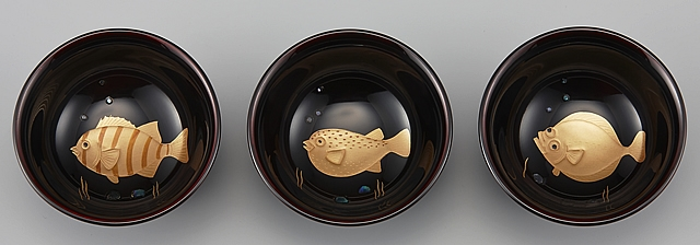 輪島塗 ぐい呑み 平形 魚蒔絵 溜塗り (ためぬり)