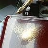 蒔絵/画像:金粉を蒔く様子